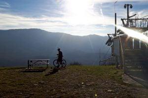 rowerzysta na gorze żar