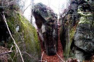 przejście między skałami